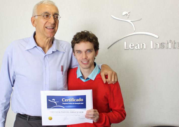 Caio Cezar Pimentel Ferraz Junior recebe diploma das mãos do prof. José Roberto Ferro
