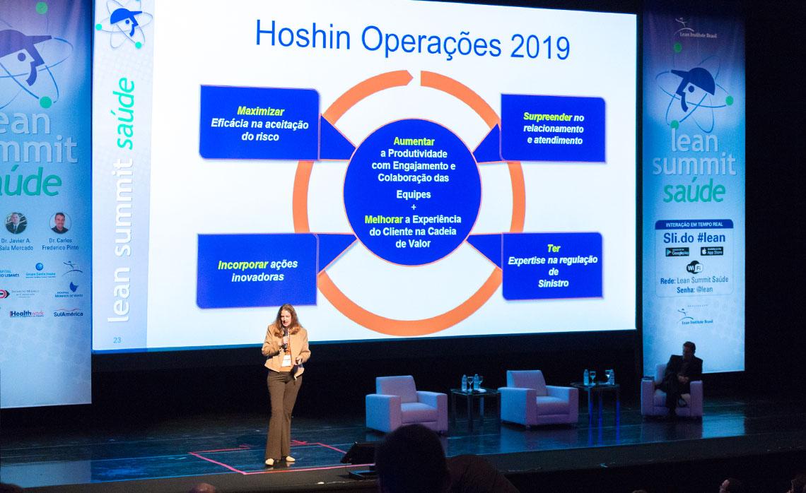 Luciana Gomes, superintendente de processos da SulAmérica, apresentou o hoshin com as práticas operacionais de 2019.
