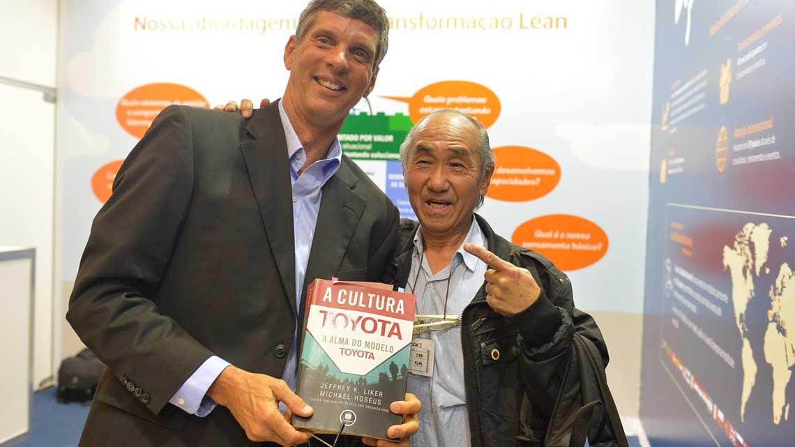 Hoseus autografou um exemplar de seu livro para um ex-Toyota
