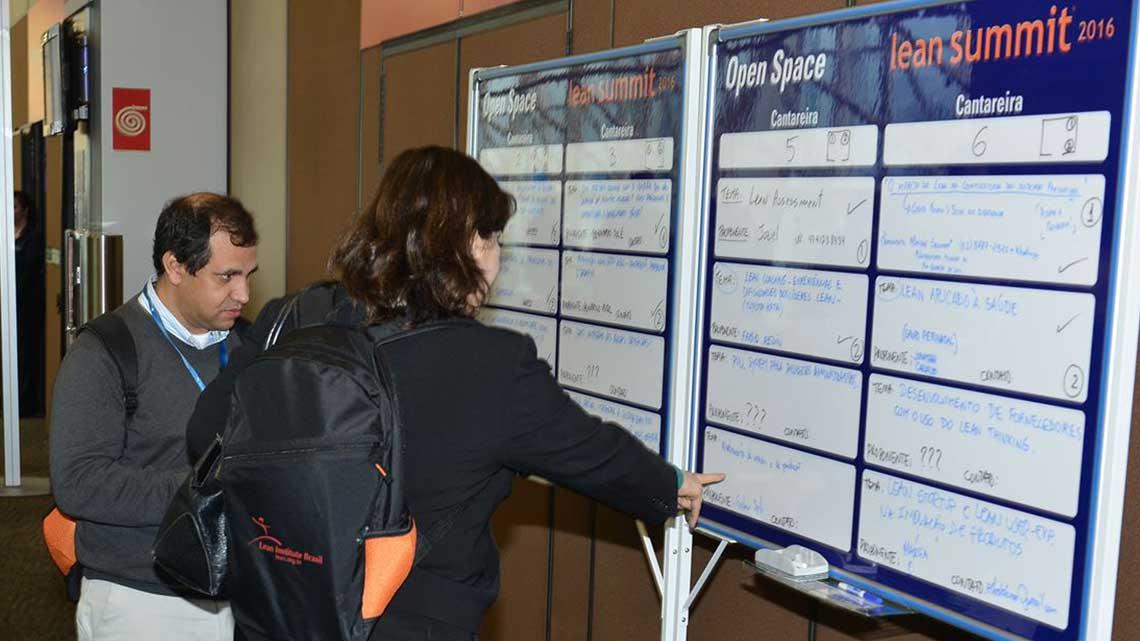 Participantes conferem a programação do Open Space