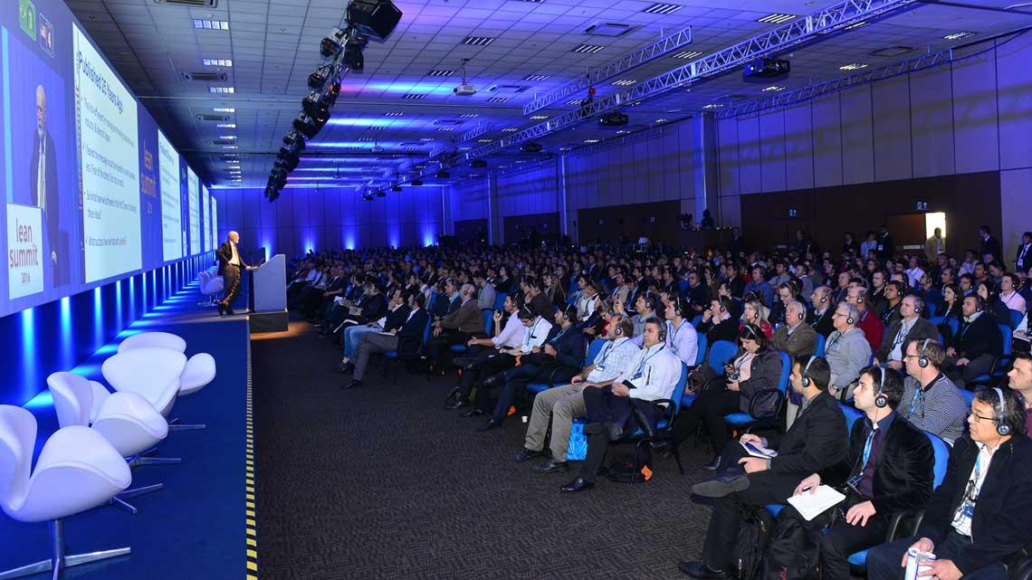 Womack palestra para o público na plenária de encerramento