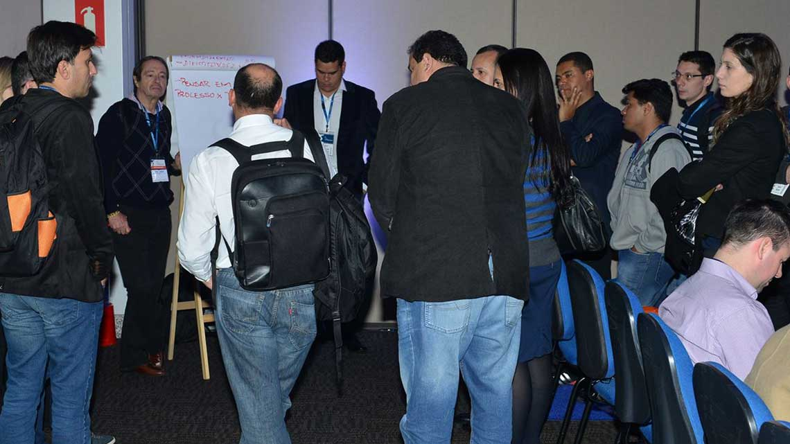 Participantes conversam sobre temas relevantes no Open Space